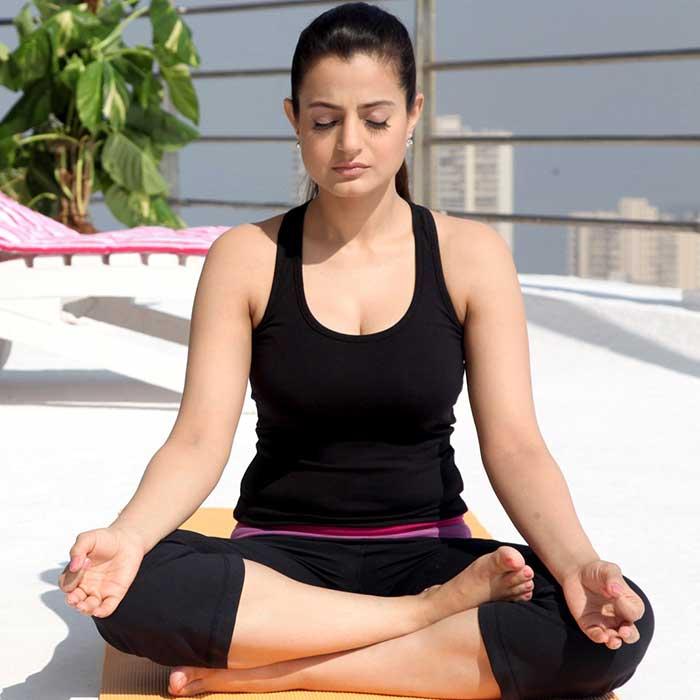 ameesha-patel-yoga